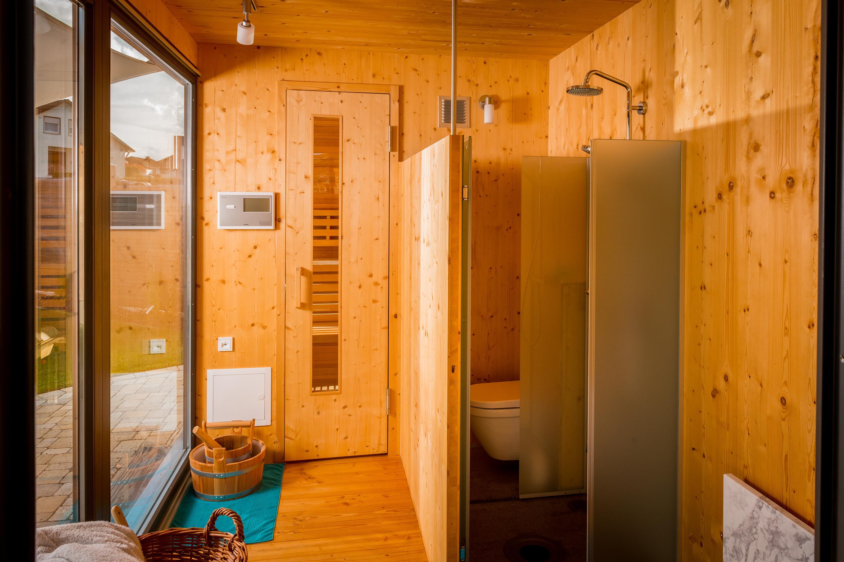 lichtband led dusche raum und m beldesign inspiration. Black Bedroom Furniture Sets. Home Design Ideas